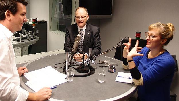Hansjörg Knecht und Aline Trede im Studio von Radio SRF in Bern.