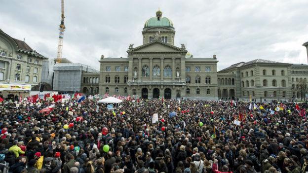 Aufnahme einer Demonstration gegen die Masseneinwanderungsinitiative auf dem Bundesplatz in Bern.