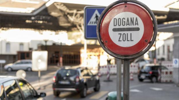 Hinweisschilder vor Zoll-Station an Schweizer Grenze.