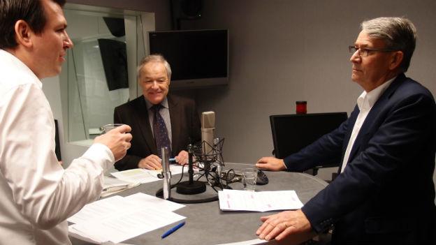 Die beiden CVP-Vertreter Peter Bieri (Mitte) und Urs Schwaller (rechts) im Studio mit Lukas Mäder.