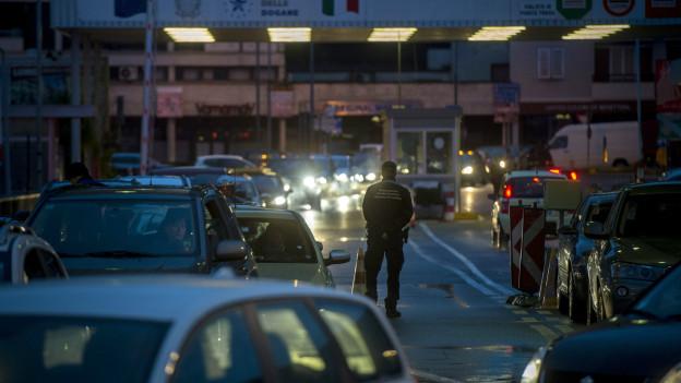 Nachts stauen sich die Autos beim Grenzübergang Ponte Tresa im Kanton Tessin.