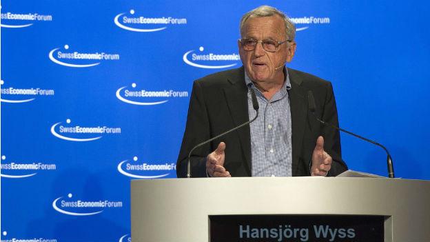 Hansjörg Wyss bei einer Rede am Swiss Economc Forum.