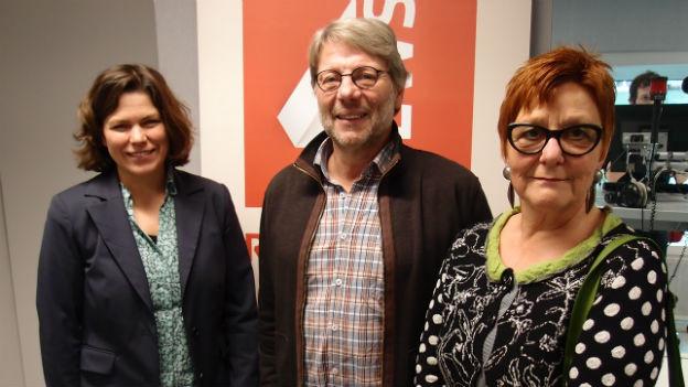 Die drei Gäste stehen im Studio von SRF4News