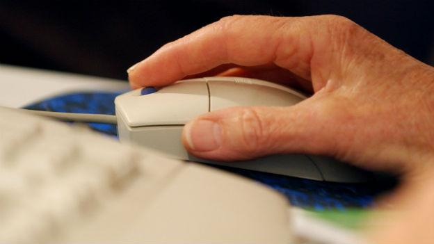 Grossaufnahme einer Hand auf einer Computer-Maus.
