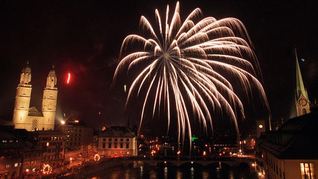Neujahrs-Feuerwerk über der Stadt Zürich.