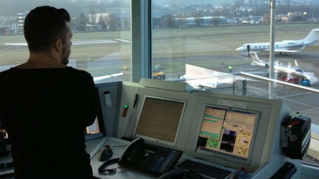 Im Tower des Flugplatzes St. Gallen-Altenrhein herrscht während des WEF Hochbetrieb.