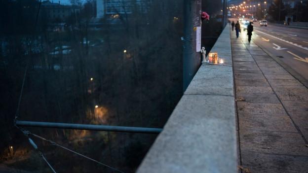 Kerze auf Brückengeländer für einen Selbstmörder.