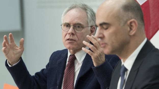 Moritz Leuenberger spricht gestikulierend, rechts von ihm Bundesrat Berset.
