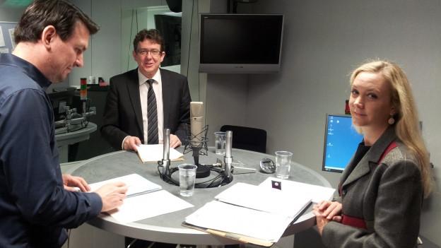 Vera Weber und Albert Rösti (Mitte) diskutieren im Studio über den Kompromiss bei den Zweitwohnungen.
