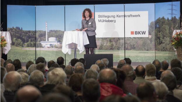 Barbara Egger, Regierungspraesidentin Kanton Bern, spricht an einer Podiumsveranstaltung vor Menschen aus Mühleberg.