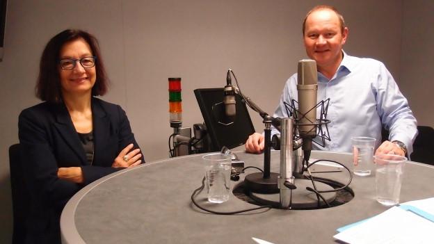 Yvonne Gilli (Grüne) und Jürg Stahl (SVP) im Studio von Radio SRF.