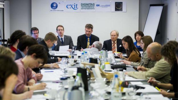 """Mitglieder der Sterbehilfeorganisationen """"Exit"""" und """"Dignitas"""" an einer Medienkonferenz."""