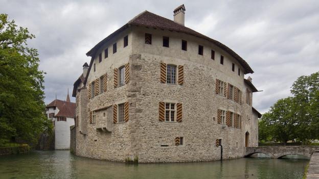 Ein altes Schloss umgeben von Wasser