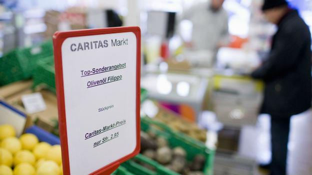 Gemüse- und Früchteregale in einem Caritas-Markt