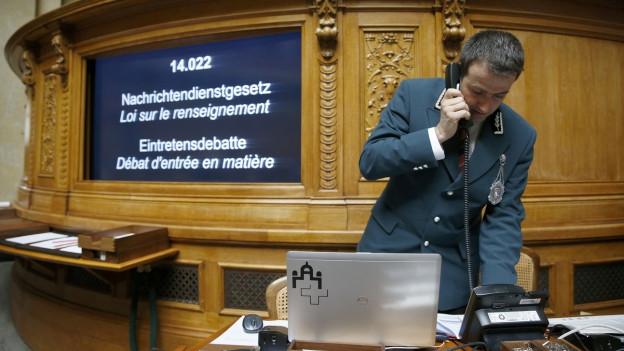 Aufnahme des Parlamentsweibels telefoniert während der Debatte um das Nachrichtendienstgesetz im Nationalrat.