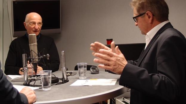 CVP-Ständerat Isidor Baumann (r.) und Hermann Suter, Präsident der Gruppe Giardino, diskutieren im Studio von Radio SRF..