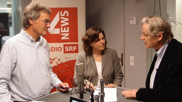 Die Gäste stehen am Studiotisch von SRF 4 News