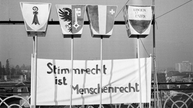 Aufnahme eines Transparentes mit der Forderung nach dem Frauenstimmrecht in der Schweiz aus dem Jahr 1966.
