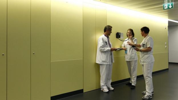 Korridor, drei Personen