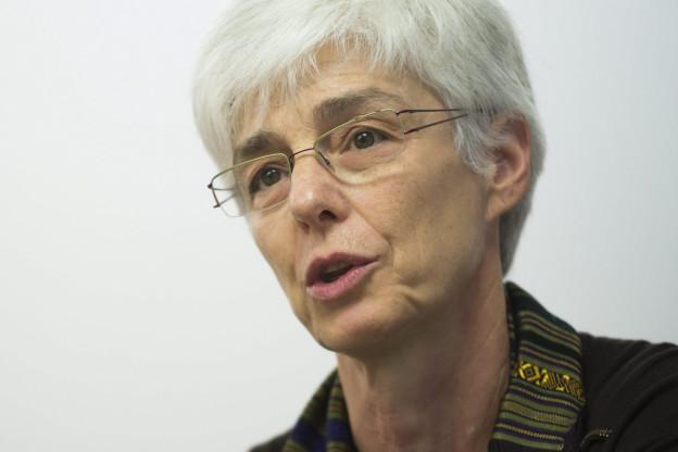 Portrait von Martine Rahier, eine Frau mit Brille, grauen Haaren und Kurzhaarschnitt.