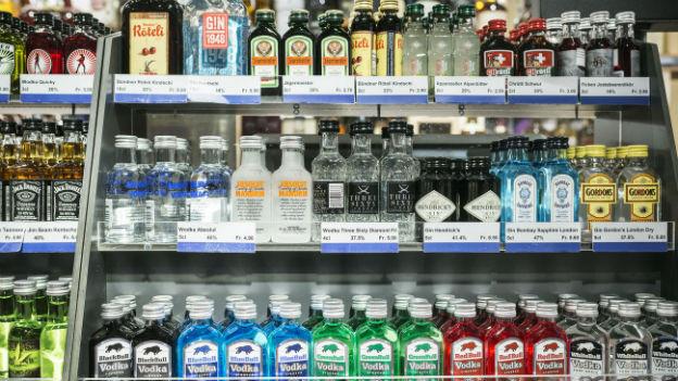 Spirituosen von überall aus der Welt auf verschiedenen Regalen in einem Shop.