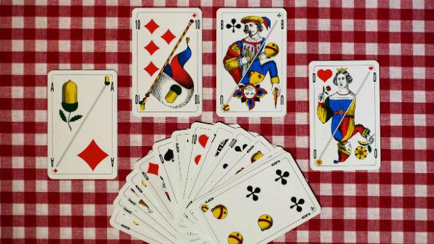 Ein Jasskartenset, das die welschschweizer und deutschschweizer Gestaltungsart vereint.