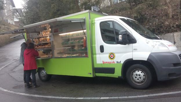 Von Dienstag bis Samstag ist das kleine Yamagishi-Verkaufsauto unterwegs und beliefert die Kunden in den Quartieren mit Yamagishi-Produkten.