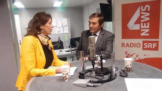 Am runden Tisch streiten Chantal Galladé (SP/ZH) und Jakob Büchler (CVP/SG) über das revidierte Waffengesetz.