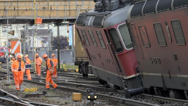 Aufnahme von SBB-Mitarbeitern beim entgleisten Zug in Erstfeld.