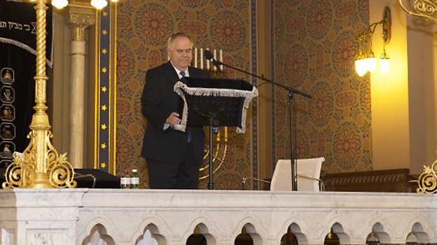 Herbert Winter hält an einem Podium eine Rede.