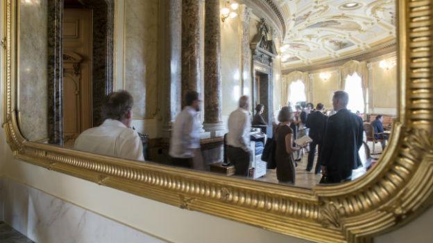 Lobbyisten und Parlamentarier in der Wandelhalle.