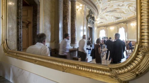 Ein Blick in den Spiegel in der Wandelhalle: Journalisten sprechen mit Lobbyisten und Parlamentariern.