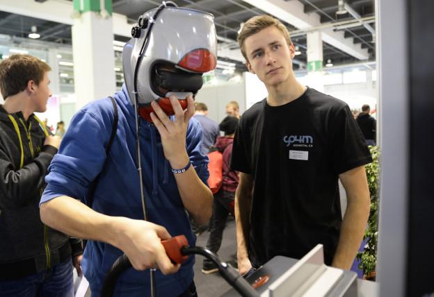 Jugendliche bekommen einen Einblick in Berufe wie der des Schweissers an der Berufsmesse.