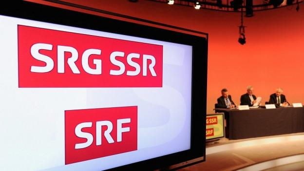 Das Logo der SRG erscheint auf einem Fernsehbildschirm.