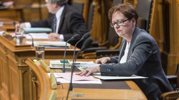 Corina Casanova studiert Akten während der Debatte im Ständerat im März 2015.