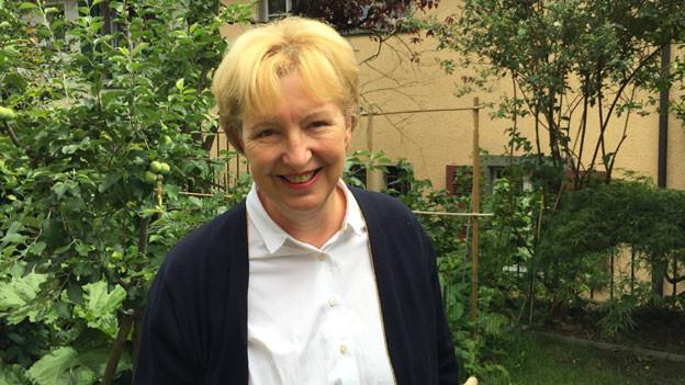 Annemarie Wildeisen in ihrem Garten in Bern.