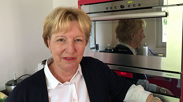 Annemarie Wildeisen in ihrer Küche. Hinter ihr nicht nur einer, sondern gleich zwei Backöfen.