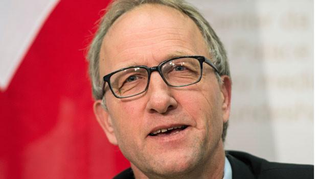 Peter Hegglin, Präsident der kantonalen Konferenz der Finanzdirektorinnen und Finanzdirektoren (FDK), spricht an einer Medienkonferenz zur Erbschaftssteuerreform am 21. April 2015 in Bern.