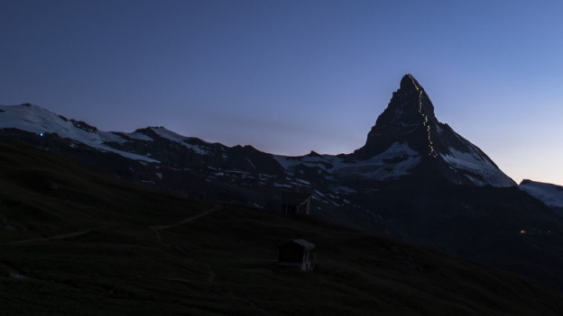 Lampen beleuchten den Weg, den die Erstbesteiger des Matterhorns im Juli 1865 gegangen sind.