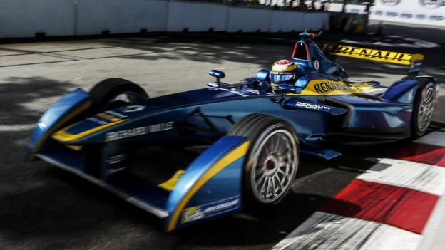 Auf dem Bild ist der Schweizer Pilot Sebastian Buemi zu sehen, in einem elektrisch betriebenen Formel-E Boliden.