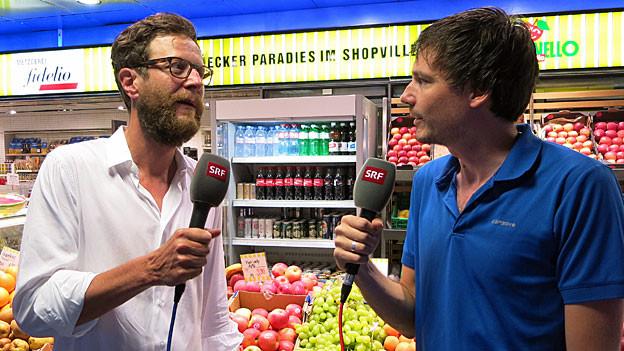 Luciano Marinello steht mit Dominik Meier vor einem Marinello-Laden in Zürich.