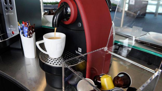 Nespresso-Maschine der Firma Nestle mit Nespresso-Kaffeekapseln.