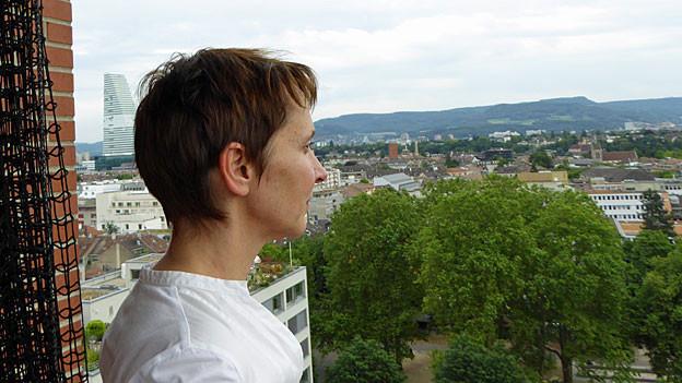 Christine Binswanger blickt über die Stadt Basel.