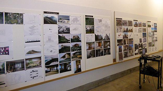 Blick auf eine Wand mit laufenden Architekturprojekten.