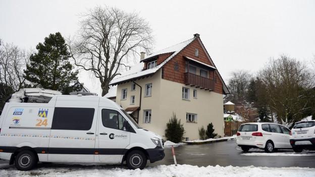 Medienfahrzeug vor dem Tatort in Flaach am 2. Januar 2015.