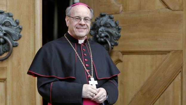 Mann in Bischofs-Tracht.