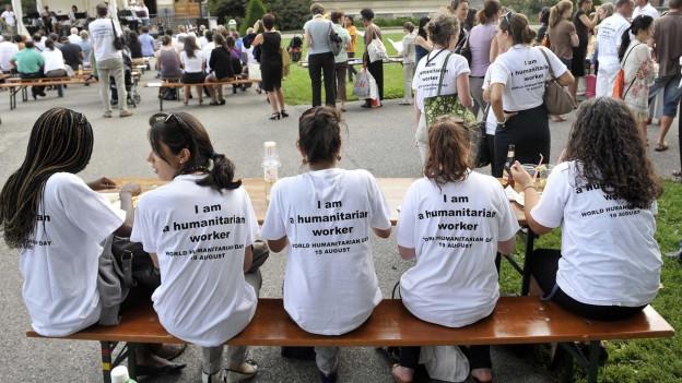 Teilnehmer tragen ein T-Shirt mit der Aufschrift «I am a humanitarian worker».