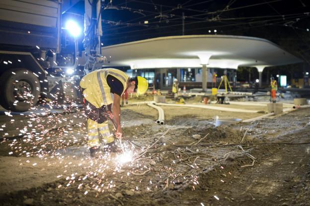 Schweissarbeiten am Zürcher Bellevue in der Nacht.