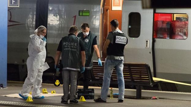 Sicherheitskräfte untersuchen bei Arras im Norden Frankreichs den Zug, in dem ein Mann mutmasslich einen Terroranschlag verüben wollte.