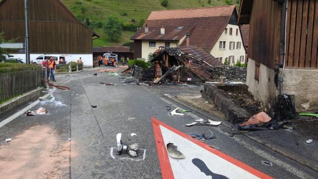 Haus in Dittingen mit Trümmern des abgestürzten Flugzeugs.